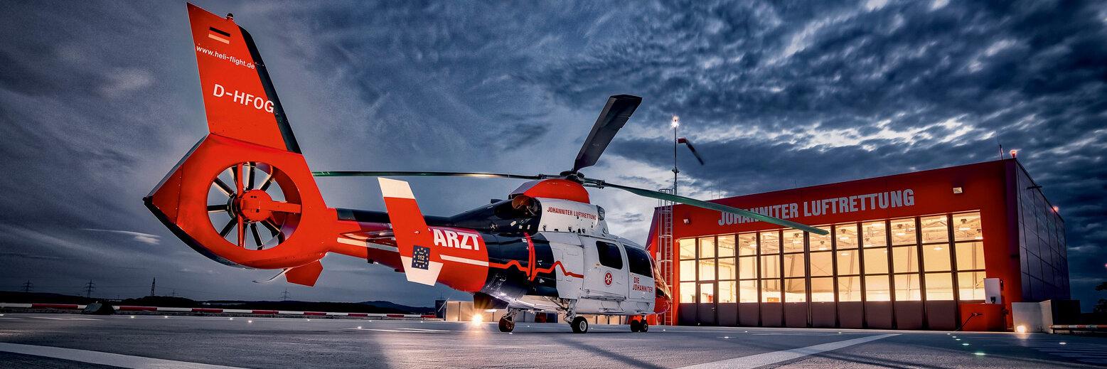 Johanniter Luftrettung - Hubschrauber bei Nacht