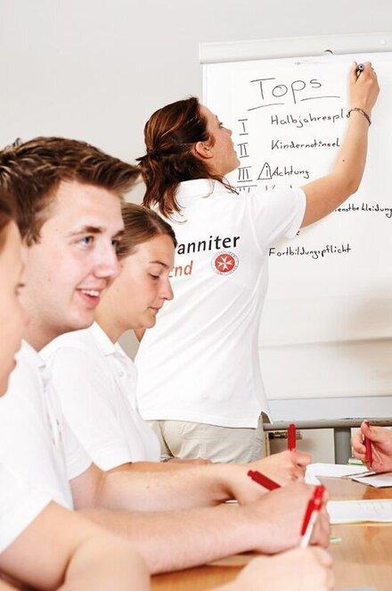 Johanniter-Jugendliche planen gemeinsam ein Projekt.