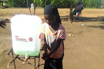 Ein Kind wäscht sich die Hände