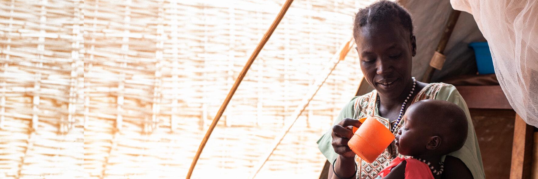 Eine Mutter füttert ihr Kind im Stabilisierungszentrum in Wau im Südsudan