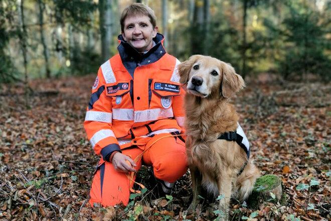 Zugführerin gemeinsam mit Rettungshund Bjuka im Wald.