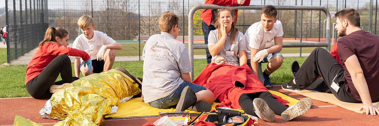 Schulsanitäter üben beim Erste-Hilfe-Wochenende