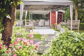 gemütlich geschützte Gartensitzecke im Garten des Johanniter-Stift Erkelenz