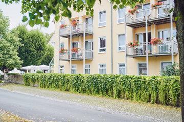Die Balkone am Johanniter-Stift in Lügde sind mit roten Geranien bepflanzt