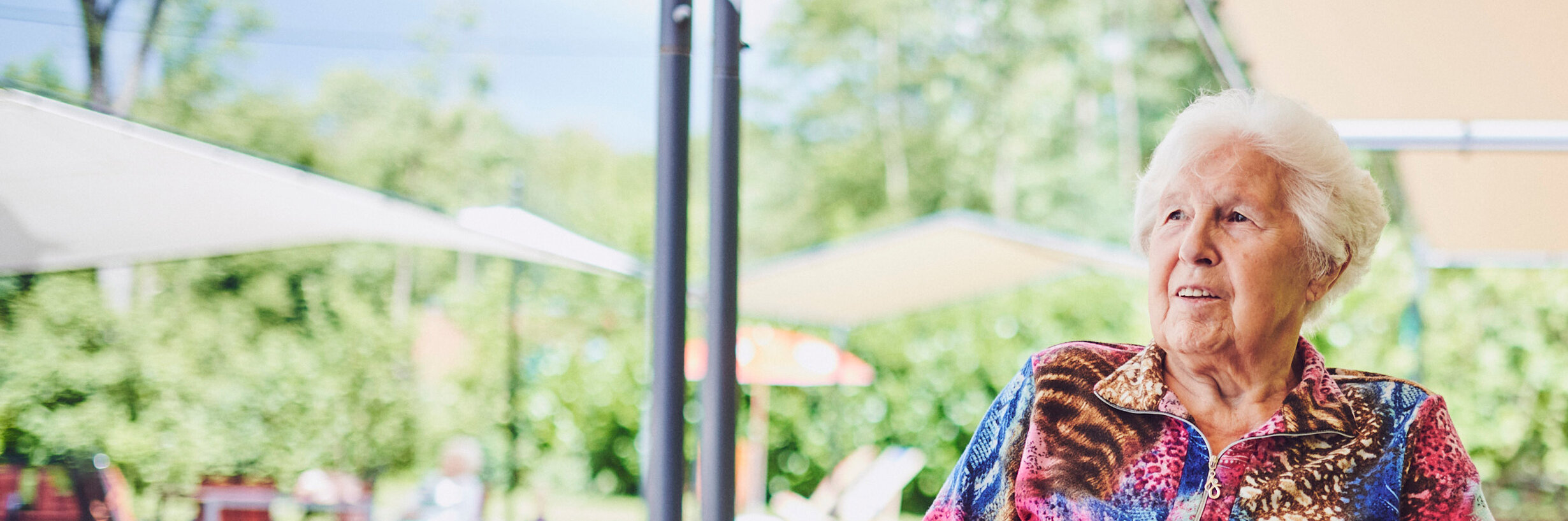 Eine zufriedenen ältere Dame im Johanniter-Stift Gelsenkirchen