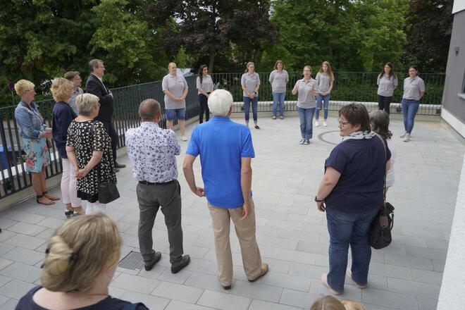 Das Kita-Team stellt sich den Besuchern vor