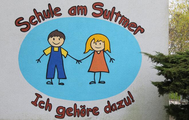 Eine Wand der schule mit dem Logo