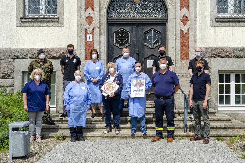 Die Mitarbeitenden des Impfzentrums Bad Schwartau freuten sich sehr über die Wertschätzung des VfL Lübeck-Schwartau.