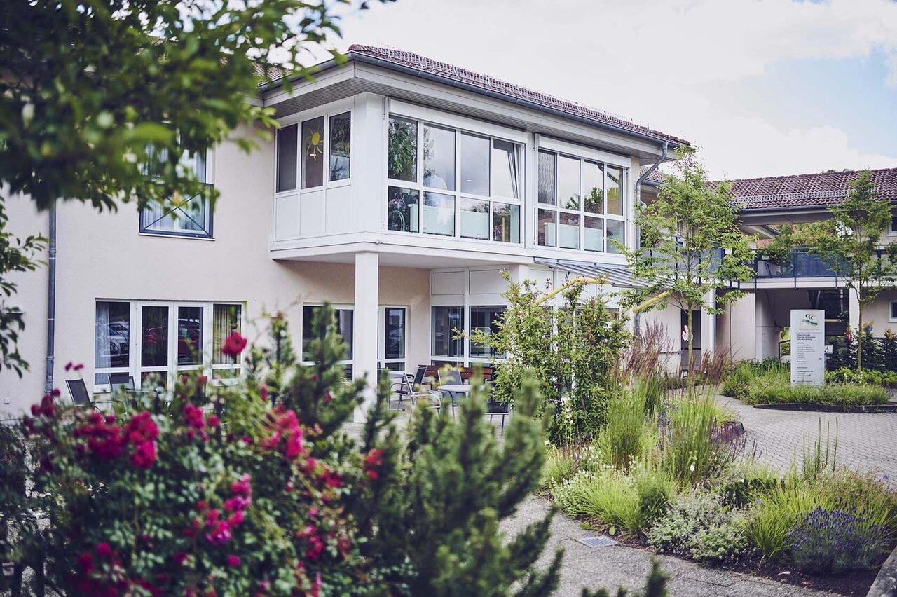 Das Johanniter-Pflegewohnhaus im Seniorenzentrum Böbingen mit vielen Blumen im Garten