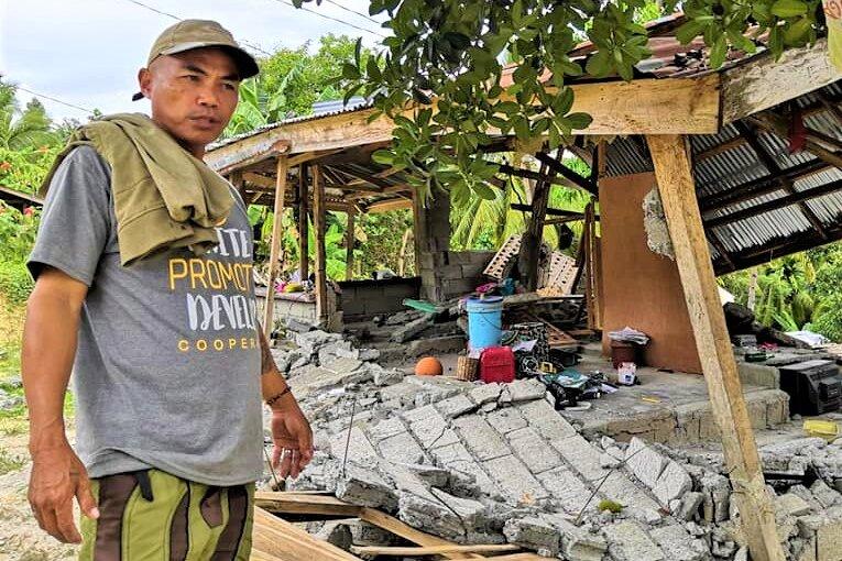 Rolando Lasando vor seinem zerstörten Haus