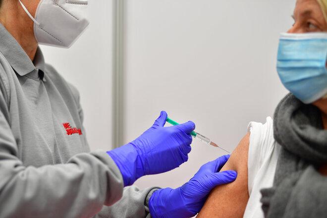 Eine Patientin wird im Impfzentrum der Johanniter in Osnabrück gegen Corona geimpft.