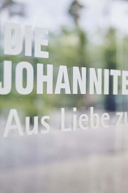 Logo und Slogan der Johanniter