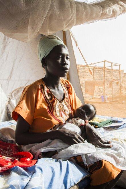 Eine Frau mit ihrem Baby in einer Gesundheitsstation