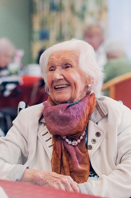 Eine Seniorin plaudert aus Ihrem Leben