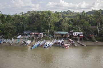 Häuser auf Pfählen und Boote