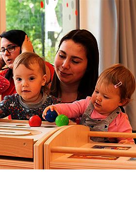 Kindergarten-Kinder und Erzieherin.