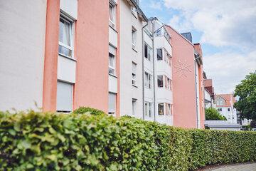 Sicht vom Weg auf die helle mit rot abgesetzter Hausfront vom Johanniter-Stift Oeneking in Lüdenscheid.