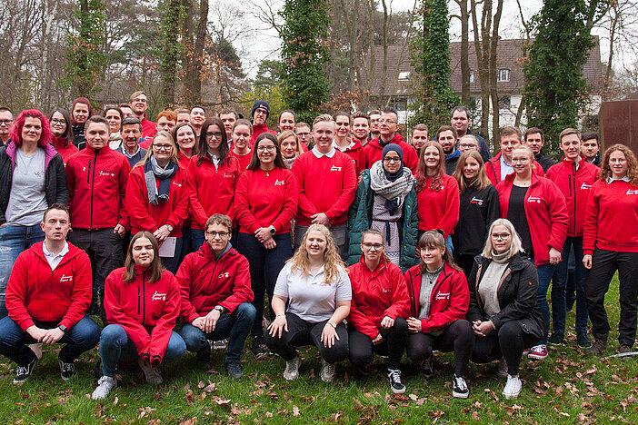 Ein Gruppenbild mit vielen jungen Menschen in Johanniter-Jugend-Kleidung