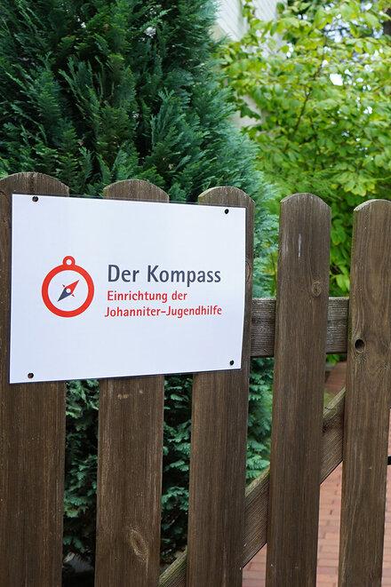 """Hölzerne Gartentür mit Schild """"Johanniter-Jugendhilfe"""""""