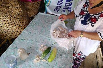 Eine Frau packt Pilze in eine Tüte