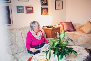 Ältere Dame in rosafarbenem Pullover in Ihrem Zimmer in Ricklingen