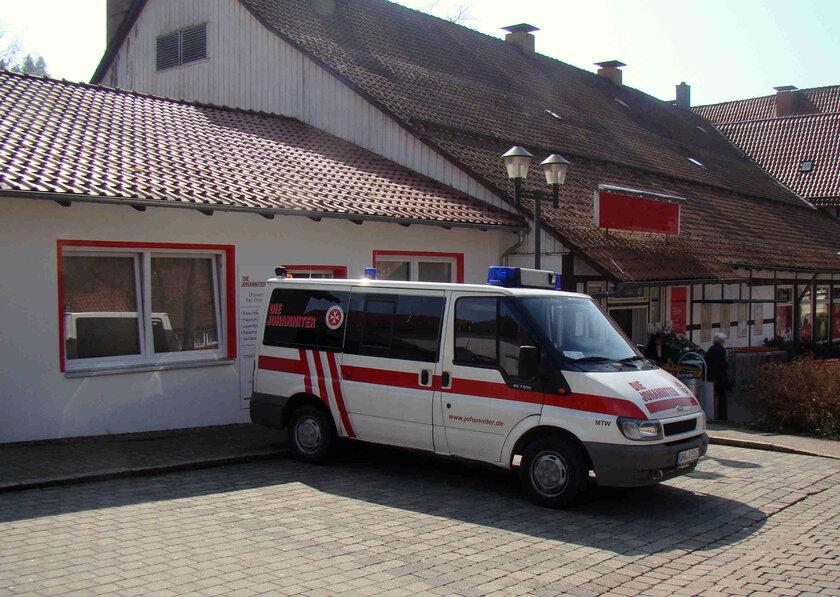 Ein Einsatzfahrzeug vor einem Gebäude