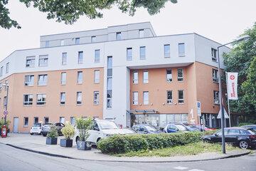 Vorderansicht mit Parkplätze der Einrichtung Johanniter-Haus Köln Zollstock.
