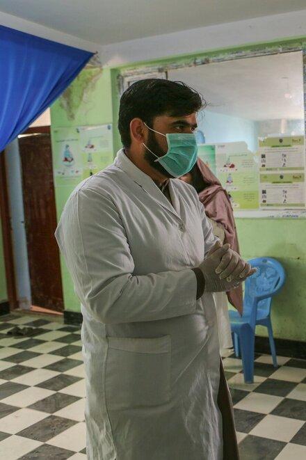 Zwei Mitarbeitende des Gesundheitssystems