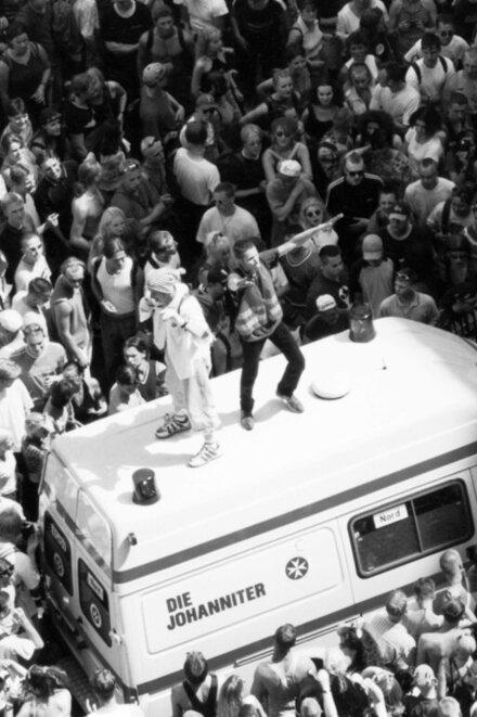 Gäste der Loveparade im Jahr 2000 in Feierlaune - die Johanniter mittendrin.