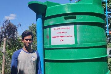 Ein Mann neben einer Biogasanlage