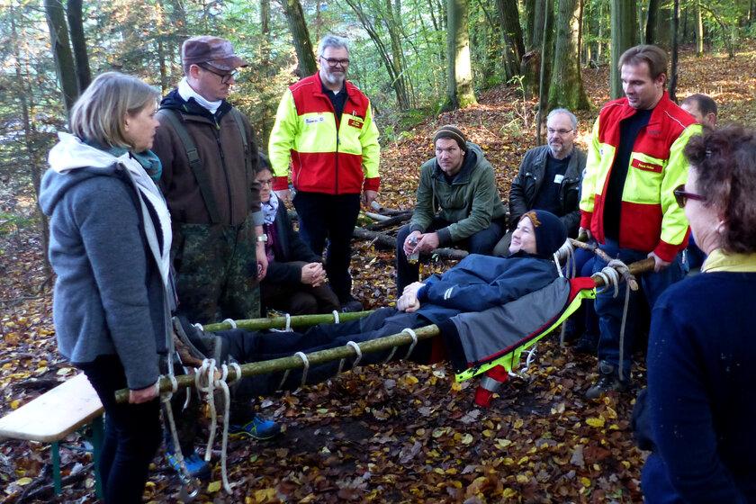 Im Outdoor-Erste-Hilfe-Kurs lernen die Teilnehmer, wie man Verletzten unter freiem Himmel und fern von Arzt oder Krankenhaus helfen kann.