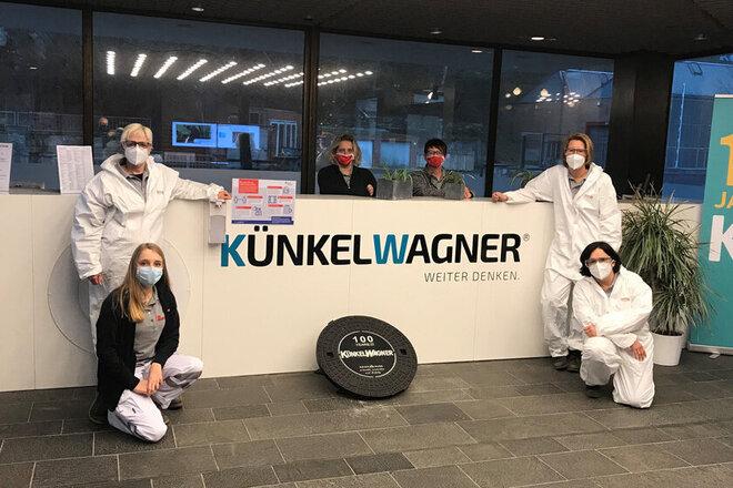 Corona-Test-Teams der Johanniter stehen am Empfang der Firma Künkel-Wagner.