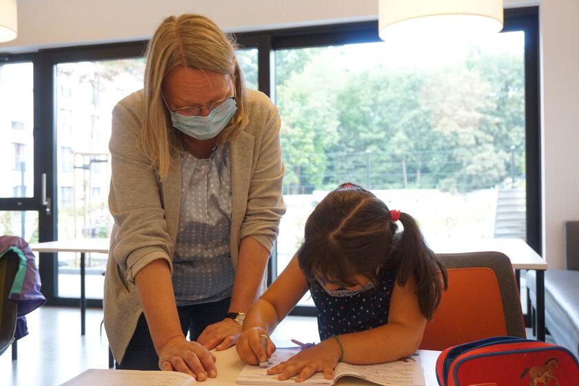 Christiane Kern betreut im Johanniter-Mehrgenerationenhaus eine Schülerin bei den Hausaufgaben.