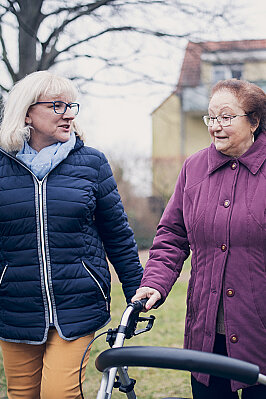 Zwei Damen beim Spaziergang im Garten eines Johanniterhauses