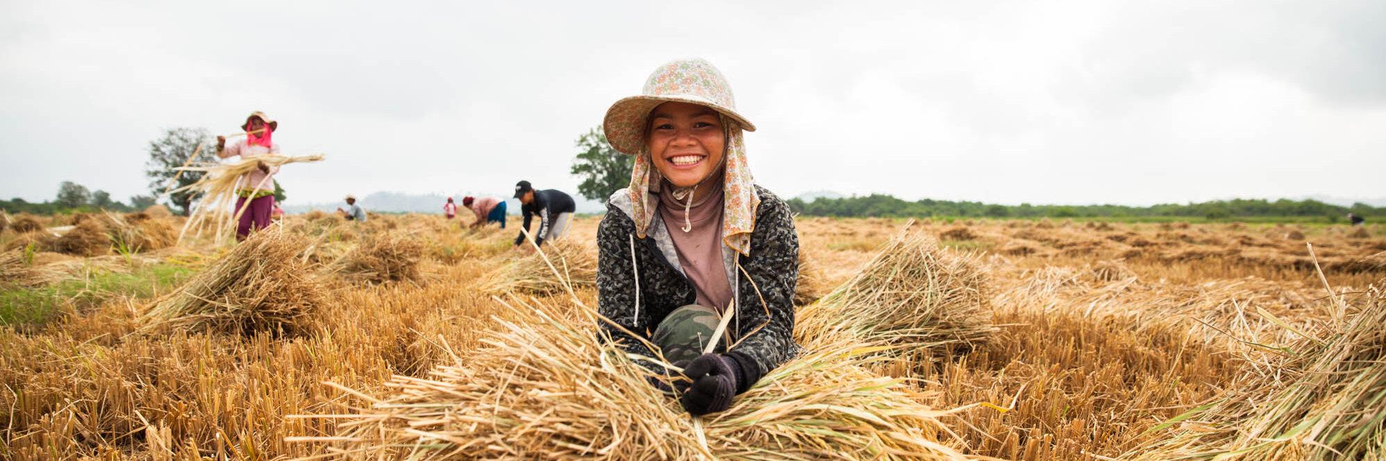 Mädchen auf einem Feld in Kambodscha