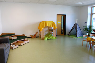 Ein Tisch zum Spielen und Basteln, ein kleines Zelt und eine Bauecke bieten jede Menge Möglichkeiten zum Spielen.