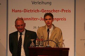 Präseident der Johanniter-Unfall-Hilfe e.V. Hans-Peter von Kirchbach und Gewinner Dennis-Adrian Lorenc bei der Preisverleihung.