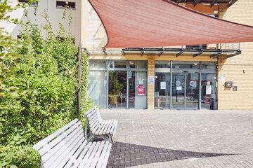 Sonniger Eingangsbereich der Einrichtung Johanniter-Haus Köln Porz.