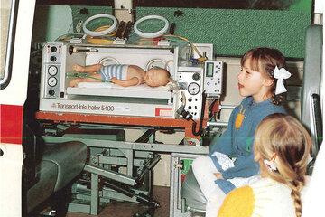 Vorführung eines Baby-Nottransports im Jahr 1992.