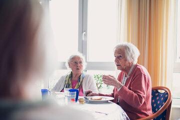 Zwei Bewohnerinnen beim gemeinsamen Frühstücken