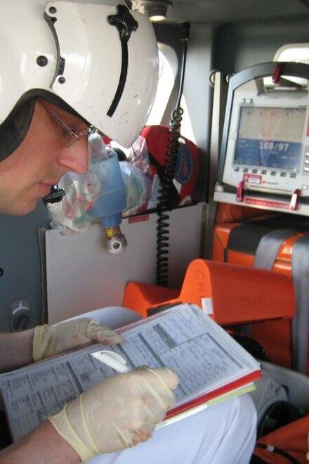 Überwachung und Transport eines Notfallpatienten im Rettungshubschrauber Christoph 4