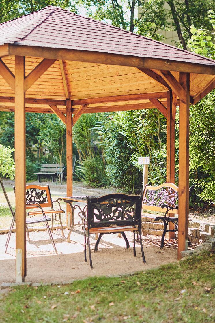 Holzpavillon im Garten mit der Sitzecke im Johanniter-Haus Köln-Finkenberg.