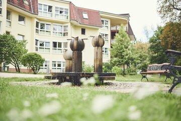 """Brunnen vor dem Johanniterhaus """"Am Mariannenpark"""" Leipzig"""