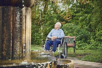 Ein Bewohner beobachtet den Brunnen