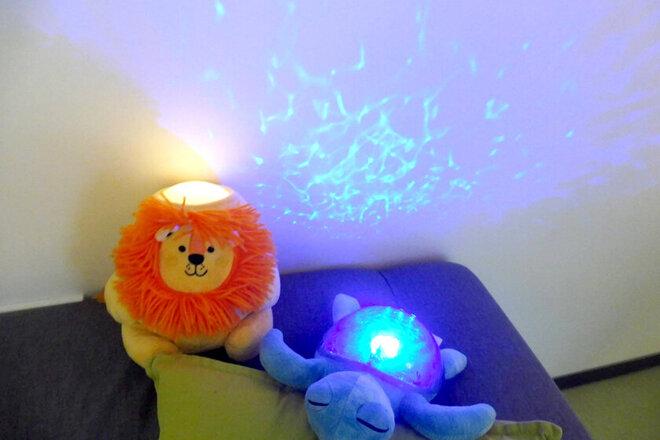 Kuscheltiere (gelber Löwe und blaue Schildkröte), die passend zur Lichterwoche leuchten.
