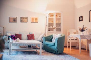 Helles Wohnzimmer mit gemütlicher Sitzgelegenheit in Ricklingen