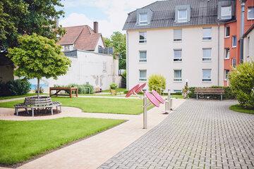 Sportgeräte und Sitzgelegenheiten für die Bewohner im Gartenbereich Johanniter-Stift Oeneking in Lüdenscheid.