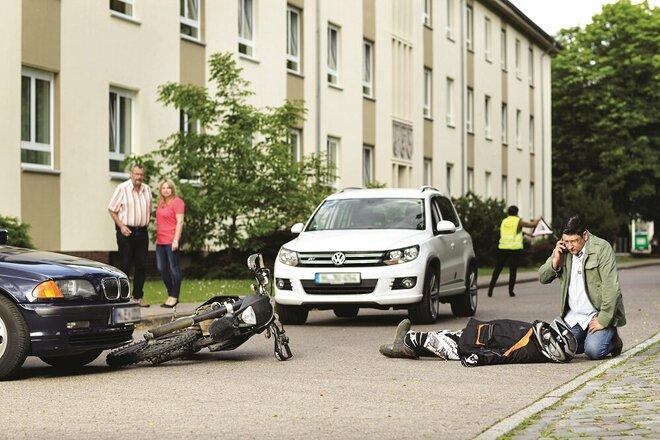 Szene Unfall Auto und Motorrad auf Straße in Wohngebiet