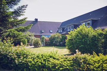 Vom Garten blickend auf die Seniorenwohn- und Pflegeheim Johanneshaus Wyk auf Föhr