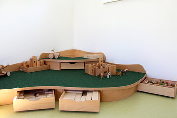 Spielecke zum Bauen und Spielen mit zahlreichen Holzspielsachen.